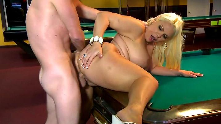 Секс с пышной дамой в чулках на бильярдном столе — 11