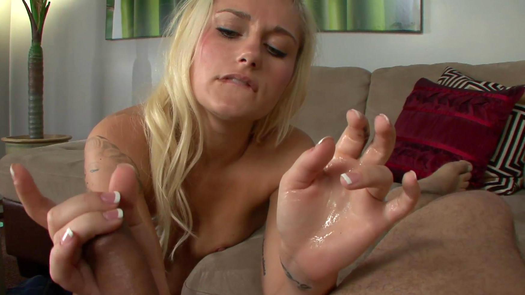 blondinka-drochit-i-konchaet