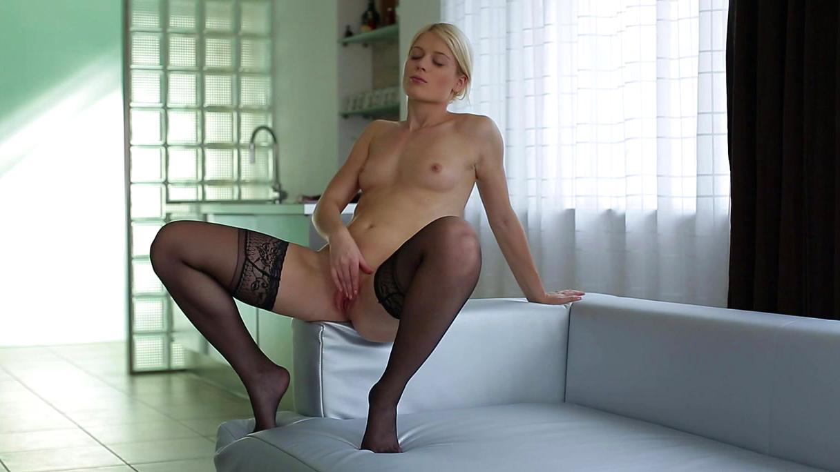 Красивая блондинка в чулках мастурбирует