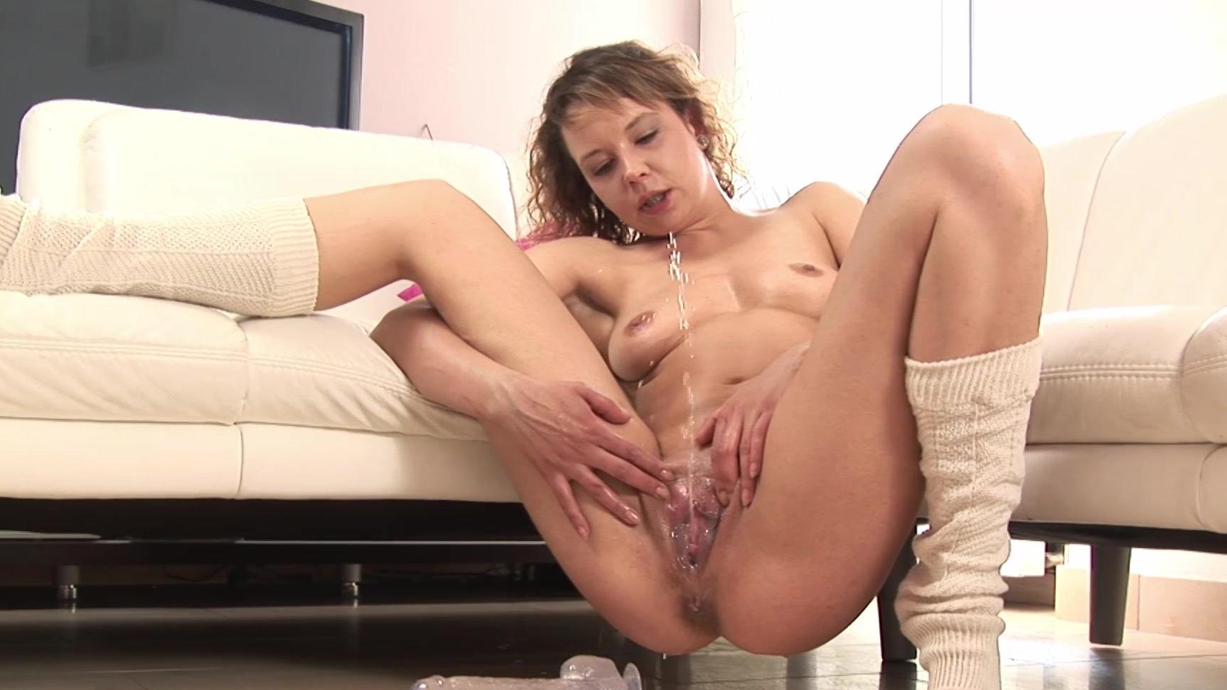 мастурбирует и кончает на диване порно