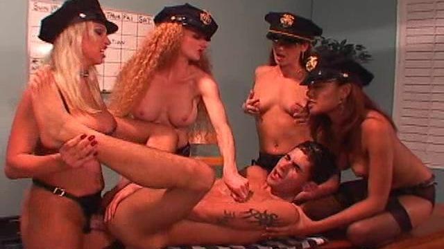 Девушка полицейский трахает страпоном заключенную