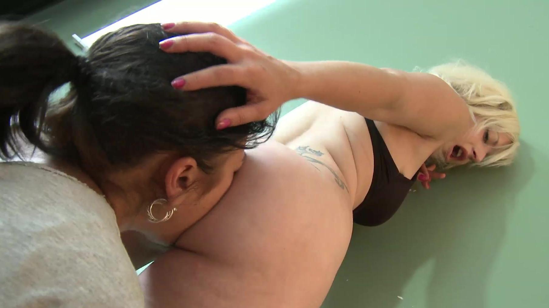 lesbi-nyuhayut-gryaznie-trusi