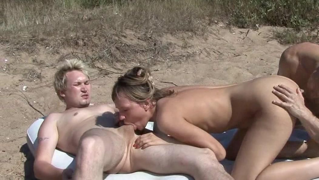 На пляже при публике берут в рот шикарный бюст