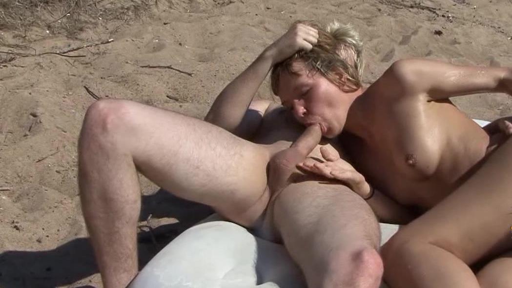 skritaya-kamera-gruppovoy-seks-na-plyazhe