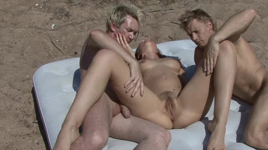 секс втроем на пляже фото