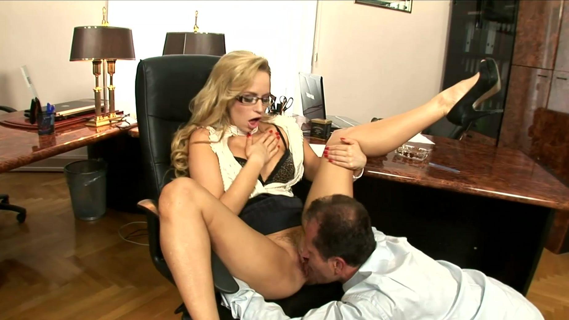 Порно фото подчиненный лижет пизду сексапильной начальнице на работе