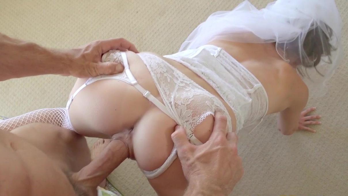кончил на белые чулки блондинки шлюшка