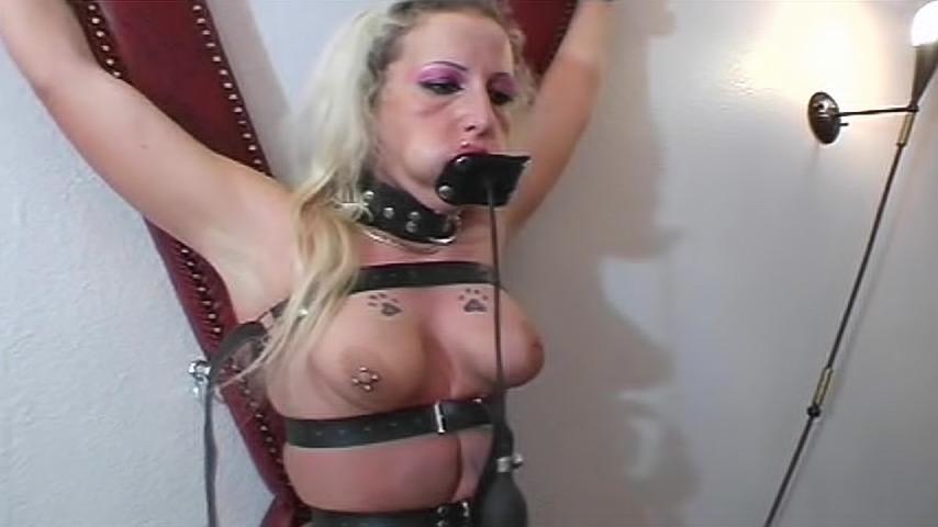 Пяточки рабынь в кандалах видео