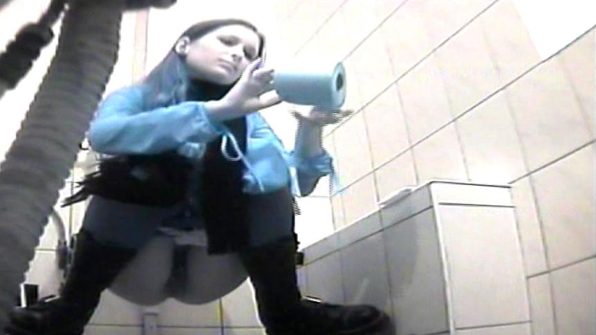 женщина хлопушка писает в туалете подсмотренное скрытой