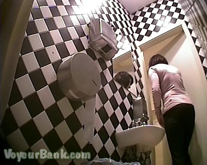 Порно в туалете через стену 102